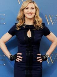 CHANEL-HANSKER: Madonna er moteriktig som alltid i en vakker   cut out-kjole med fingerhansker signert Chanel.