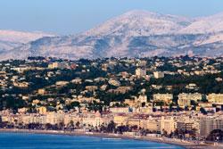 Snødekte fjell bak Nice 1. februar. (Foto: Afp)