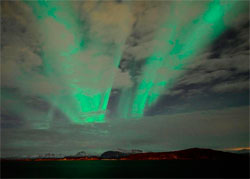 I Nord-Norge holder det seg klart nok til at nordlyset slipper gjennom skyene. Dette bildet ble tatt i Harstad mandag. (Foto: Frank Bang)