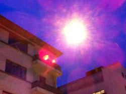 Himmelen var blå, men det dalte snøfnugg rundt gatelysene i Bergen torsdag morgen. (Foto: Ronald Toppe)