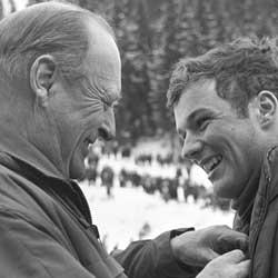 SPORTSINTERESSERT: Kong Olav var, i likhet med kong Harald svært sportsinteressert. Her gratulerer han skihopper Erling Stranden i Holmenkollen i 1969.