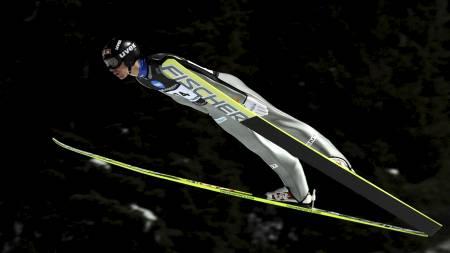 SVEVDE LENGST: Anders Bardal  slo til med 146 meter i sitt andre hopp i Granåsen. (Foto: Alley, Ned/Scanpix)