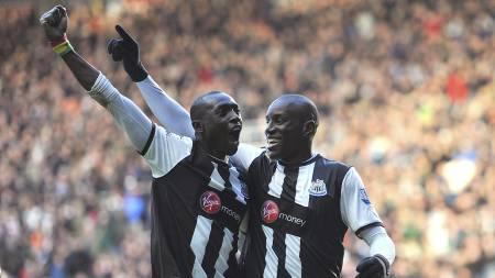 Demba Cisse og Demba Ba feirer seiersmålet mot Villa. (Foto: Steve Drew/Pa Photos)