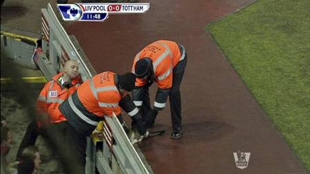 En katt tok seg inn på banen i kampen mellom Liverpool og Tottenham. (Foto: PLP PRODUCTIONS/)