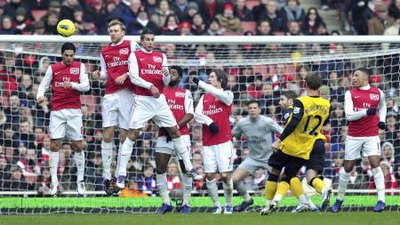 Morten Gamst Pedersen scorer på frispark mot Arsenal. (Foto: GLYN KIRK/Afp)