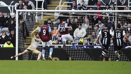 Robbie Keane scorer mot Newcastle (Foto: Owen Humphreys/Pa Photos)