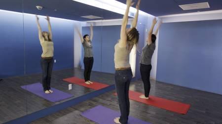 PÅ FLYPLASSEN: Det finnes yoga-studioer over hele verden, og  alt man trenger for å trene yoga er egentlig bare en matte og behangelige klær. Dette bildet er fra det nye yogarommet på San Francisco International Airport som åpnet i januar i år. (Foto: Paul Sakuma/Scanpix/Ap)