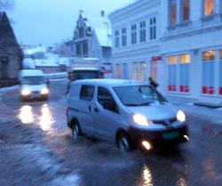 Det var ikke kjekt å være fotgjenger i Bergen mandag morgen. (Foto: Ronald Toppe)
