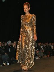 IØYENFALLENDE: Debutantvisningen bød også på gull og glamour.