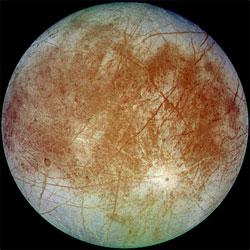 Jupiters måne Europa har en atmosfære av oksygen, og er dekket av is. (Foto: NASA)