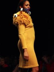 KNALLGULT: Knallgul kjole med monsterdetaljer signert Fam Irvoll.