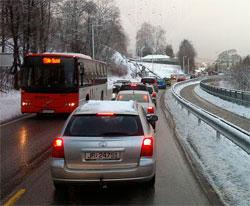 Trailere på kryss og tvers på slapseføret skapte lange køer inn mot Bergen mandag. (Foto: Asle Berntsen)