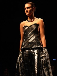 DET ER IKKE GULL ALT SOM GLIMRER: TSH viste en vakker sølvkjole   under mandagens åpning av Oslo Fashion Week.