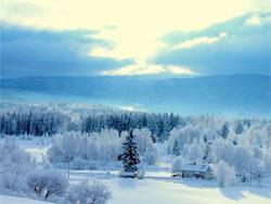 En grå himmel forandret seg til et merkelig vinterlys over Oppland søndag 22. januar.  (Foto: Kjersti Narmo)