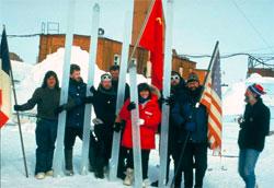 Franske, russiske og amerikanske forskere med iskjerner hentet opp fra isen under Vostok-basen. (Foto: NOAA)