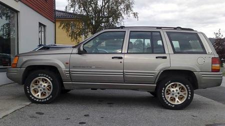 Det kantete designet på Grand Cherokee begynte å eldes i 1998. Men det var en stilig bil, og Jeeps standard-grep med flotte aluminiumsfelger med gullfinish på