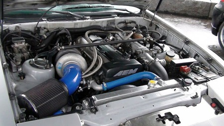 Motoren ga opp like etter at Thomas kjøpte bilen. Dermed har han oppgradert til kraftigere saker under panseret - og det er VELDIG gøy, understreker han. Foto: Privat