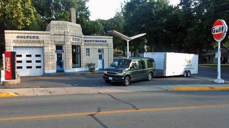 Flere steder langs veien vil deltagerne føle at  tiden har stoppet opp. Som her ved Dunkel´s Gulf i Bedford, Pennsylvania, som er en av få gamle Art Deco-bensinstasjoner som fortsatt er i full drift. Den ble bygget ved Lincoln Highway i 1933, og drives fortsatt av samme familie. Foto: Henning Kjensli, LH2013