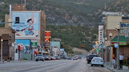 Gamle Lincoln Highway går gjennom mange småbyer, der den i mange tilfeller fungerer som
