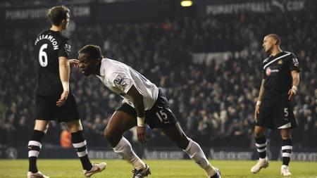 Louis Saha feirer sitt første av to mål mot Newcastle i hjemmedebuten på White Hart Lane. (Foto: Dominic Lipinski/Pa Photos)