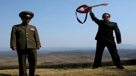 I NORD-KOREA: Kunstneren Morten Tråvik trives på besøk i Nord-Korea. (Foto: Privat)