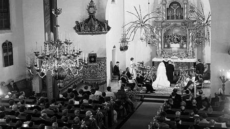VIELSE: Prinsesse Astrid gifter seg med sin Johan Martin Ferner i 1961. Brudeparet ved alteret i Asker kirke.  (Foto: Scanpix)