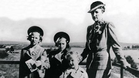 2. VERDENSKRIG: Kronprinsfamilien i Rovaniemi i Finland like før avreisen til USA under andre verdenskrig. F.v.: Prinsesse Astrid, prinsesse Ragnhild, prins Harald og Kronprinsesse Märtha. (Foto: NTB/Scanpix)