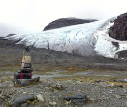 Blåisen på Finse har smeltet kraftig tilbake. I 1964 nådde breen   helt til varden. (Foto: Ronald Toppe)