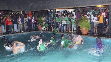 Zambiske fans feirer at laget har tatt seg til finalen i Afrikamesterskapet. Noen prostituerte tilbød sine tjenester gratis for å feire bragden. (Foto: Joseph Mwenda/Afp)