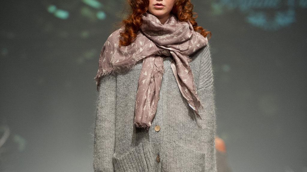 FAVORITTPLAGG: Alle bør ha en overdimensjonert strikkegenser i skapet, mener motedesigner Kristine Vikse. Her fra visningen under Oslo Fashion Week onsdag.