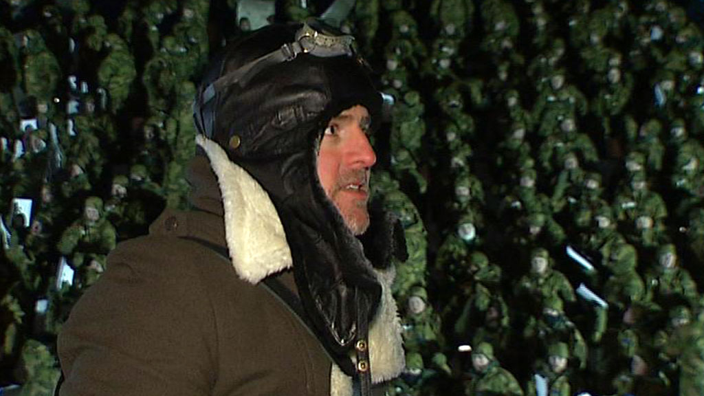 FOTOPROSJEKT: Kunstner Morten Traavik fikk firivillige til å stille opp som mennesklige piksler. (Foto: TV 2)