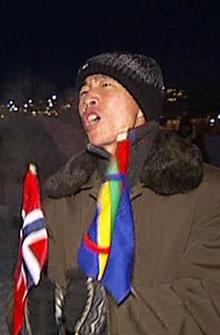 EMGASJERT: En av de nordkoreanske gjestene viser engasjement for prosjektet. I hendene har han et samisk og et norsk flagg. (Foto: TV 2)