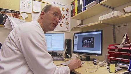 SKUFFET: Overlege Oddbjørn Straume ved Haukeland universitetssykehus, er skuffet over ekspertgruppens avgjørelse om å ikke ta med Ipilimumab i de nasjonale retningslinjene.  (Foto: Kåre Breivik/TV 2/)