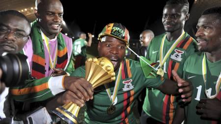 ZAMBISK JUBEL: Collins Mbesuma feirer med pokalen som beviser at Zambia har vunnet Afrikamesterskapet i fotball. (Foto: ISSOUF SANOGO/Afp)