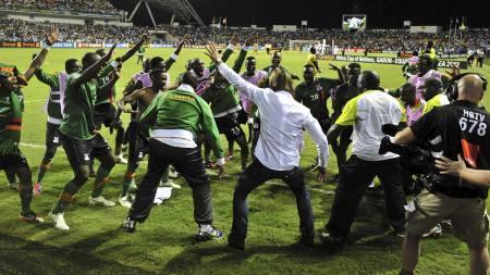 LEDER AN I DANSEN: Zambias trener Hervé Renard (i hvit skjorte) leder an i seiersdansen. (Foto: ISSOUF SANOGO/Afp)