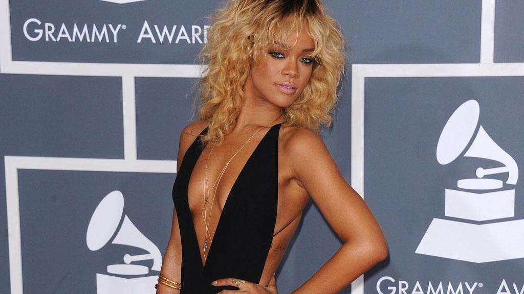 SEXY PÅ DEN RØDE LØPEREN: Rihanna strålte på den røde løperen under nattens Grammy-utdeling.