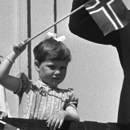 Prinsesse Märthe Louise med sløyfe i håret. 17. mai 1975. (Foto:   Henrik Laurvik NTB)