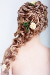 - Når det kommer til håret bør du ikke være for opptat av moten,   men heller tenke på hva som kler deg, sier Mona Grudt. (Foto: Colourbox,   ©Colourbox)