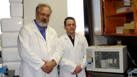 DYRKER KJØTT: Nicholas Genovese (t.h.) og Vladimir Mironov er her avbildet i laboratoriet sitt i ved universitetet i South Carolina. De to forskerne tror dette er det første steget mot å bekjempe den globale matkrisen.  (Foto: Afp)