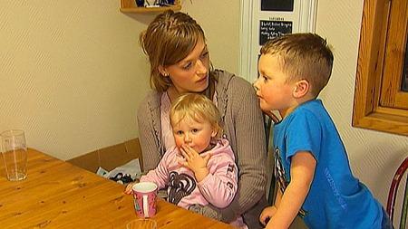 ALVORLIG SYK: Mamma Vibeke Grov og barna Henriette (2) og Håkon   (4) har alle vært alvorlig syke etter at de fikk svineinfluensavaksinen.   (Foto: Tommy Andersen/TV 2)