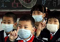 Kinesiske skolebarn beskytter seg mot svineinfluensa.