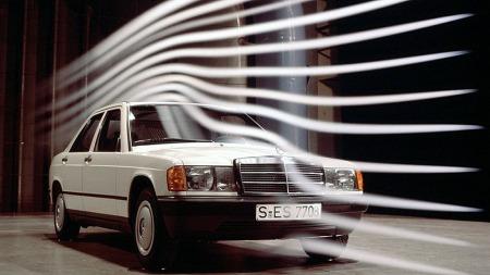 Mange var spente på designet da 190 kom, da det også var ventet å gi en pekepinn om hvordan w123-seriens etterfølger ville bli seende ut om to-tre år. Og bilen skuffet ikke - blant annet var luftmotstanden svært lav.