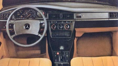 Førermiljøet i 190 var åpenbart 80-tallspreget, men med god ergonomi, solide materialer og bra finish. Om bilen generelt sett var ganske trang, var det et hyggelig sted å tilbringe tid for den som til enhver tid holdt i rattet.