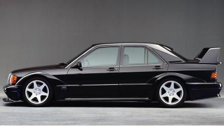 Mercedes 190 E 2,5-16 i Evolution II-utgave både var og er drømmen for mange. Den voldsomt bevingede bilen så ut som om den var klippet rett ut av et DTM-løp. 502 eksemplarer ble bygget for gatebruk - vær forberedt på å betale det hvite ut av øyet for å få eie en.
