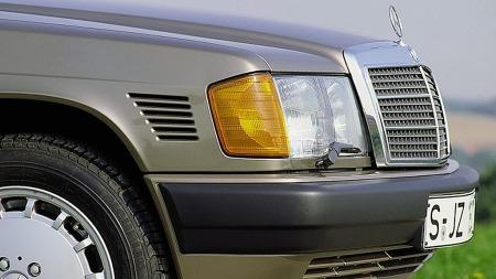 Et års tid etter introduksjonen fikk også 190-modellen dieselmotorer. Fra begynnelsen en forholdsvis lat 2-litersaffære på 70 hester, men etterhvert også femsylinder-maskinen fra 250D. Skulle du treffe på en 190 med disse luftespaltene i høyre forskjerm står du overfor en virkelig sjeldenhet - da er den en av meget få som ble solgt med 2,5 liter turbodiesel!