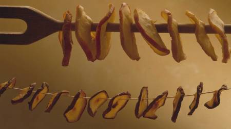 GJØR DET SELV: Du kan enkelt tørke frukten hjemme på kjøkkenet. (Foto: Frukt.no/)