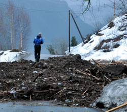Mildvær og regn gjør at det også kan gå skred ned på veiene i lavlandet. Bildet er fra skredet i Balestrand i mars 2011 som tok livet av to personer. (Foto: Erik Thue / Scanpix)