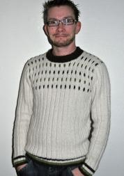 etter å ha prøvd seg på et skjerf, bestemte Bror Aleksander seg for å strikke genser. det var mye morsommere. (Foto: Privat)