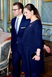 VORDENDE FORELDRE: Prins Daniel og kronprinsesse Victoria ankommer det svenske slottet i forbindelse med en lunsj med den finske presidenten tirsdag. Torsdag ble Sveriges nye tronarving født. (Foto: Reuters)