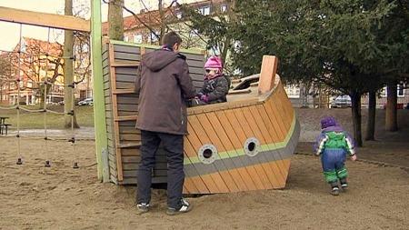 NØYTRAL LEK: Linus lar barna selv velge klær og leker uavhengig av farger og mønstre.  (Foto: Torbjörn Sjögren og Michael Ek/TV 4)